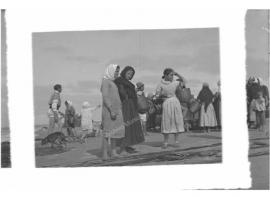 Mujeres esperando la pesca  [encuadre]